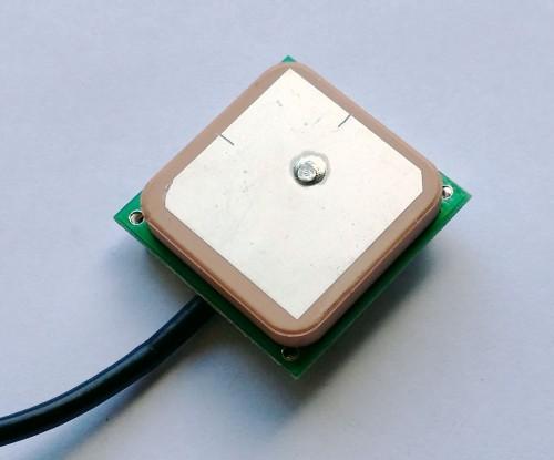 Inside the antenna case. A ceramic patch antenna.